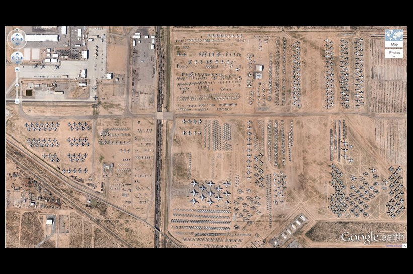 Google Earth çıktığı ilk günden itibaren birçok insanın ilgisini çekmeyi başardı. 'Google Earth gezginleri', dünyanın birçok noktasını oldukça detaylı gösteren programda, ilginç görüntülerle karşılaşabiliyor. İşte bu görüntülerden bazıları; Uçak mezarlığı, Arizona - ABD