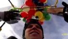 Çılgın paraşütçünün 90 balonla tehlikeli uçuşu