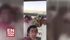 Çölde deveyle selfie çeken Araplar