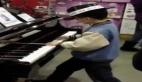 Küçük çocuktan piyano resitali