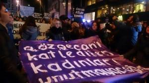ozgecan-protestosunda-kadinlar-kufur-eden-adami-3