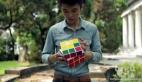 Rubik küpü'nü tek eli ile çözen adam